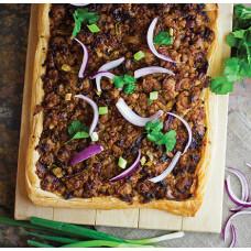 Πίτα με Λουκάνικα & Caramelised Onion Chutney